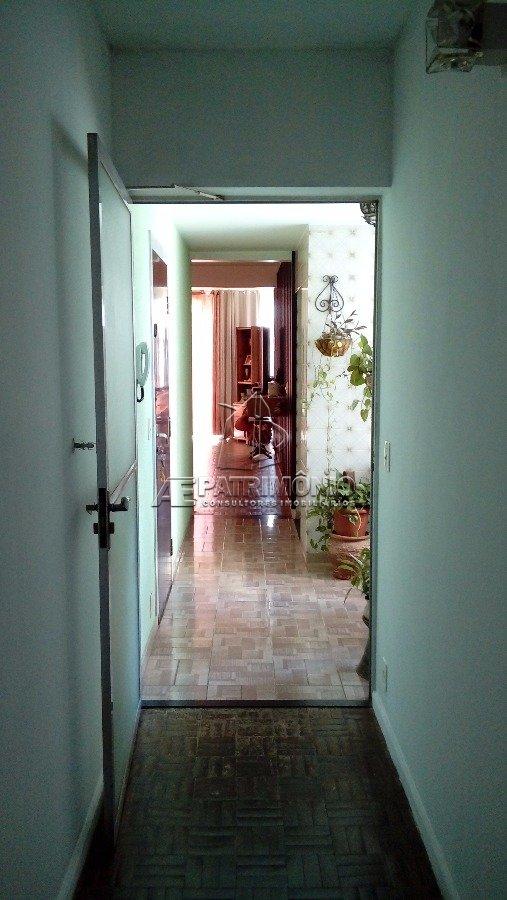 Do crredor dos dormitórios para área de entrada e sala de estar